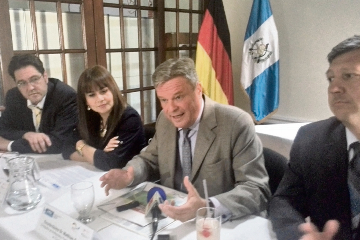 El embajador  de Alemania, Matthias Sonn (centro), expone sobre las principales iniciativas apoyadas por el Fondo de Reformas Estructurales.