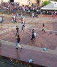 Pobladores de  Santa Clara La Laguna, Sololá. se lanzan toronjas el Vernes Santo, una singular tradición para representar el arrepentimiento de los pecados. (Foto Prensa Libre: Ángel Julajuj)