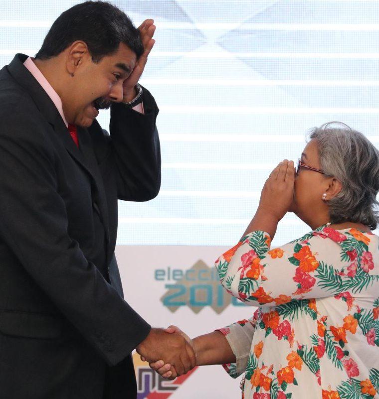 El presidente venezolano, Nicolás Maduro, reacciona junto a la presidenta del Consejo Nacional Electoral, Tibisay Lucena, luego de recibir la credencial como mandatario electo de Venezuela para el período 2019-2025. (Foto Prensa Libre: EFE)