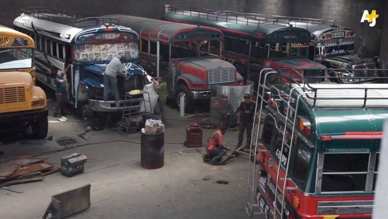 Talleres que se dedican a restaurar los autobuses reparan el motor y los pintan acorde a la localidad donde dará servicio. (Foto Prensa Libre: Cortesía AJ+ Español)