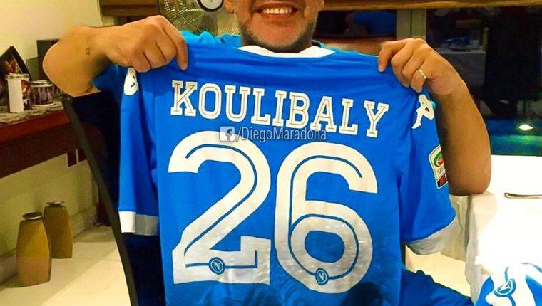 El astro del futbol mundial, el argentino Diego Armando Maradona, condenó los actos racistas que sufrió el senegalés Kalidou Koulibaly, jugador del Nápoli (Foto Prensa Libre: tomada del Facebook de Prensa Libre)