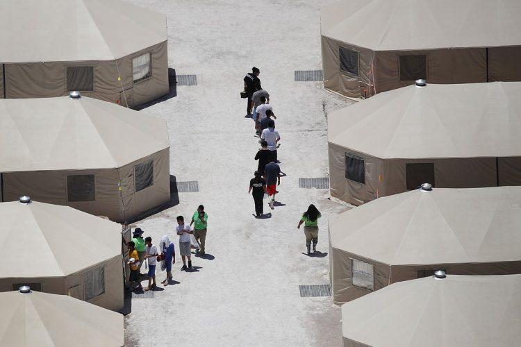 En el campamento se observan carpas donde temporalmente se tiene albergados a cientos de niños latinoamericanos.