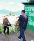 Personal de Salud fumiga un área de Panajachel, Sololá. (Foto Prensa Libre: Ángel Julajuj)