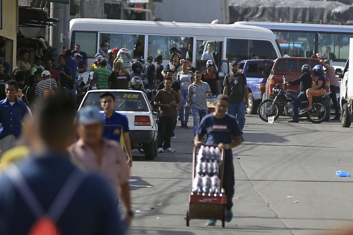Ciudadanos hondureños caminan a sus trabajos, por paro de transporte que afecta a varios departamentos de Honduras. (Foto Prensa Libre: EFE)