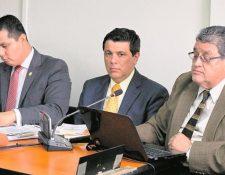 Santiago de León (centro) ofrecía fallar a favor de una empresa a cambio de un millonario pago. (Foto: Hemeroteca PL)
