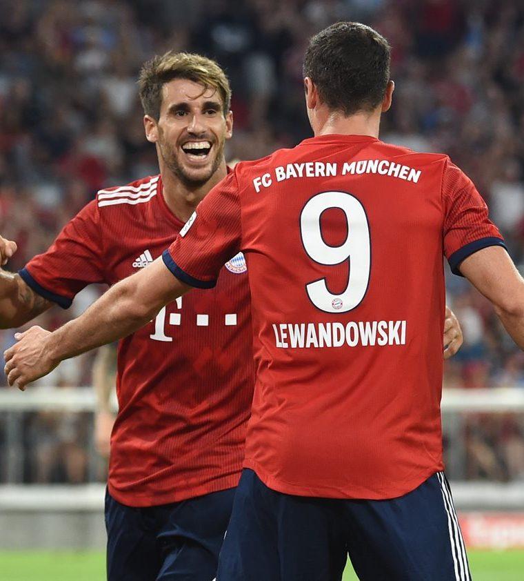 Javi Martinez y Robert Lewandowski celebran el primer gol del equipo bávaro. (Foto Prensa Libre: AFP)