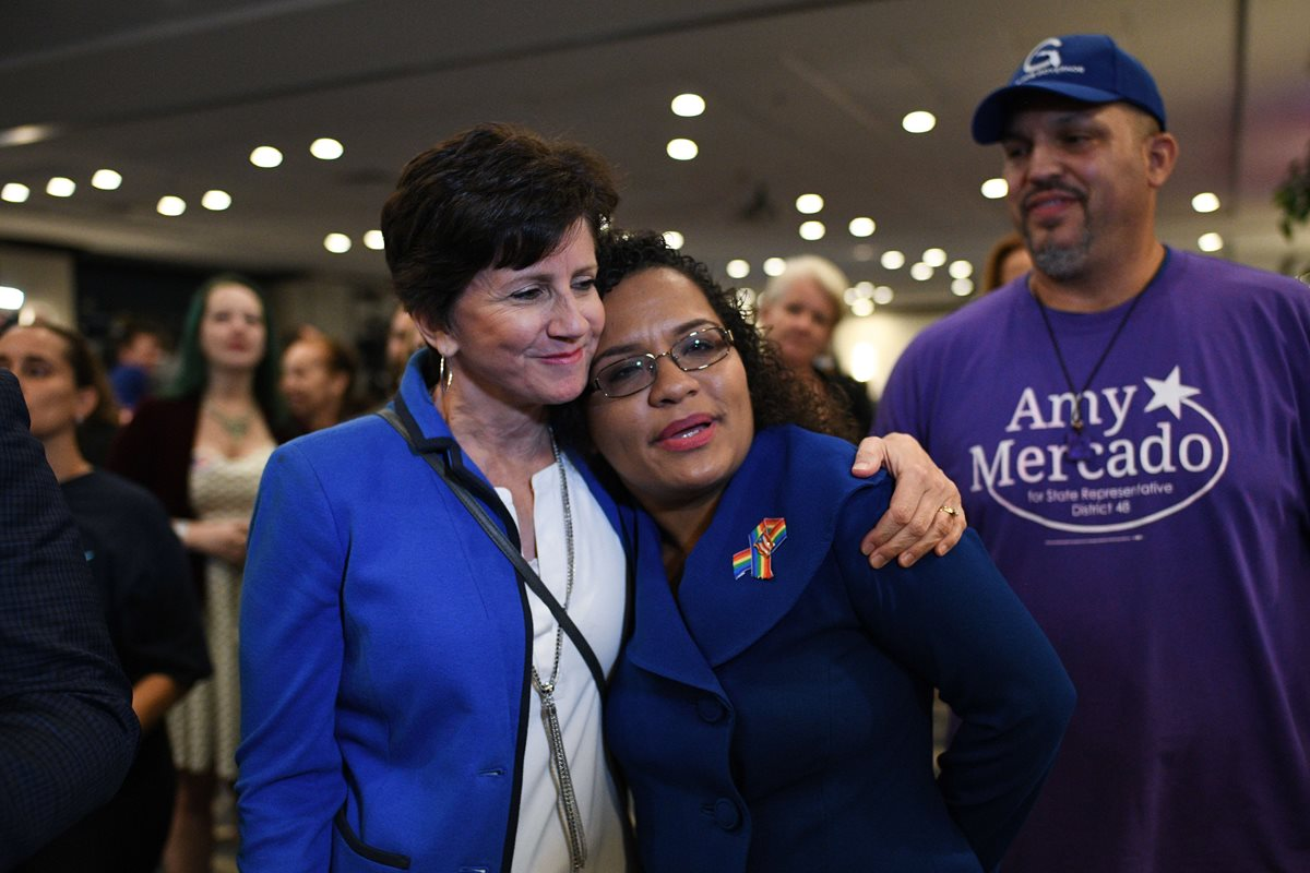 Los electores que apoyan al senador Bill Nelson reaccionan durante la noche electoral.