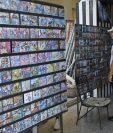 Un hombre observa discos en un negocio privado en La Habana, Cuba. En la isla se debate este fin de semana el anteproyecto de una nueva Constitución que refleje la realidad económica, social y política en el país. (Foto Prensa Libre: EFE)