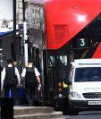 Agentes policiales patrullan en el lugar en el que un automóvil chocó con las barreras del Parlamento británico en Londres, Inglaterra. (Foto Prensa Libre: EFE)