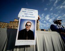 Cientos de personas se hicieron presentes en la Plaza de San Pedro para la canonización de Monseñor Romero y 6 beatos más. (Foto Prensa Libre: AFP)