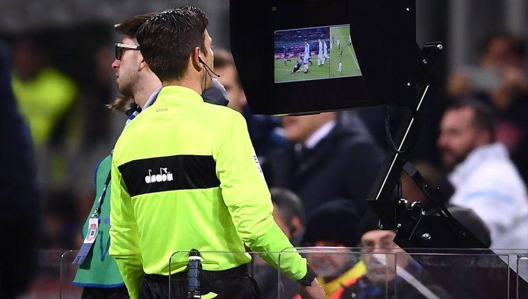 El videoarbitraje fue puesto a prueba durante la Copa Confederaciones 2017 en Rusia, pero recibió muchas críticas negativas. (Foto Prensa Libre: Hemeroteca)
