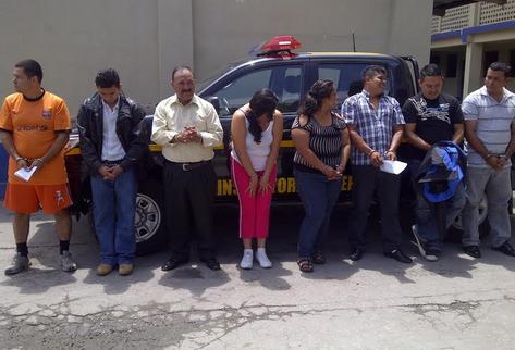 Presuntos secuestradores detenidos durante operativo. (Foto Prensa Libre: Estuardo Paredes)