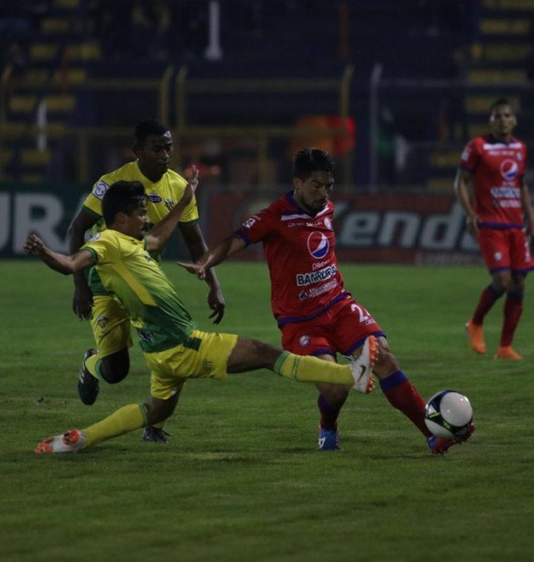 Xelajú MC consiguió reponerse en la segunda mitad para quedarse con la victoria frente a los loros de Petapa. (Foto Prensa Libre: Raúl Juárez)