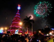 Fuegos pirotécnicos acompañan las luces multicolor del Árbol Gallo. (Foto Prensa Libre: Edwin Bercián)