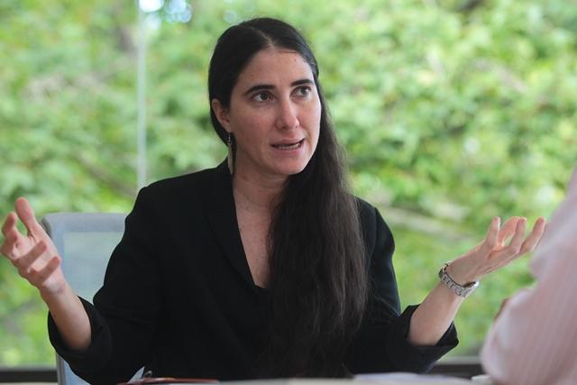Yoani Sánchez explica en la entrevista la situación de la libertad de expresión en Cuba. (Foto Prensa Libre: Álvaro Interiano)