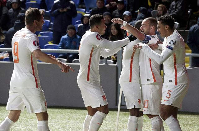 Holanda se mantiene con vida tras ganar en Kazajistán
