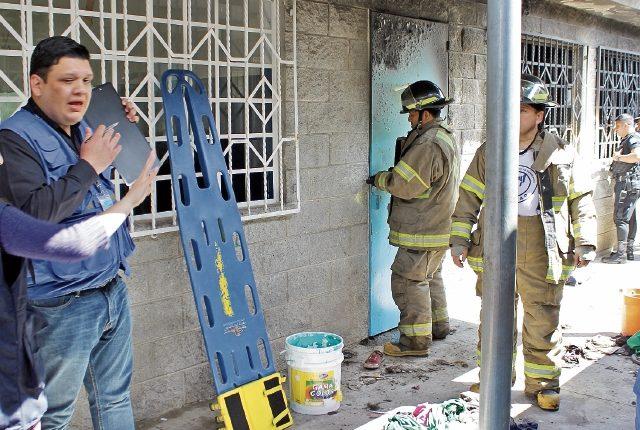 Socorristas y autoridades investigan frente al salón donde fueron encerradas con llave las menores.