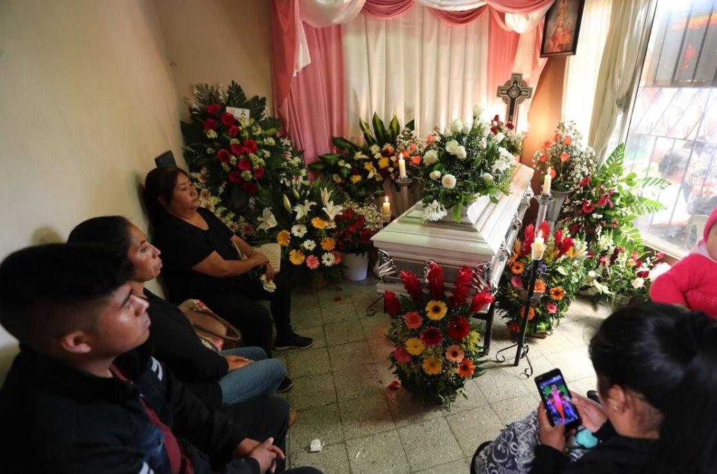 Los restos de la maestra Ana Gabriela Castillo son velados en la zona 1 de Mixco. (Foto Prensa Libre: Oscar Felipe).