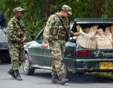 Soldados colombianos revisan un automóvil en el municipio de Tumaco, Departamento de Nariño, en la costa del Pacífico colombiano.(Foto Prensa Libre:AFP).