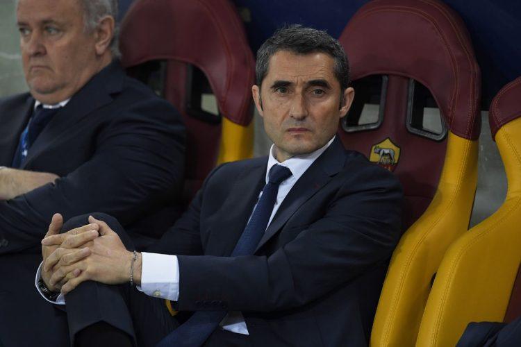Ernesto Valverde observa a sus jugadores durante el encuentro frente al AS Roma. (Foto Prensa Libre: AFP)
