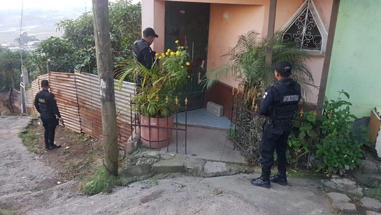 Agentes antisecuestros durante uno de los allanamientos. (Foto: PNC)