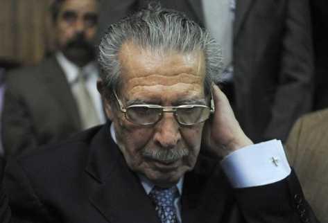 Efraín Ríos Montt escucha la condena de 80 años dictada por los delitos  de genocidio y delitos de deberes contra la humanidad. (Foto Prensa  Libre: AFP)
