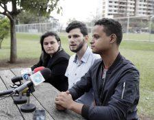 El costarricense Mario Arias, izquierda y el venezolano Roberth Castillo, derecha, tenían previsto casarse este sábado en Costa Rica cancelaron su boda luego de que la Dirección Nacional de Notariado prohibiera a los notarios públicos realizar matrimonios. (Foto Prensa Libre: EFE)