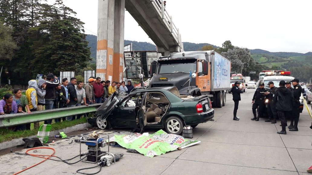Agentes de la PNC en el lugar de la tragedia, en Tecpán Guatemala, Chimaltenango. (Foto Prensa Libre: Cortesía Víctor Chamalé)