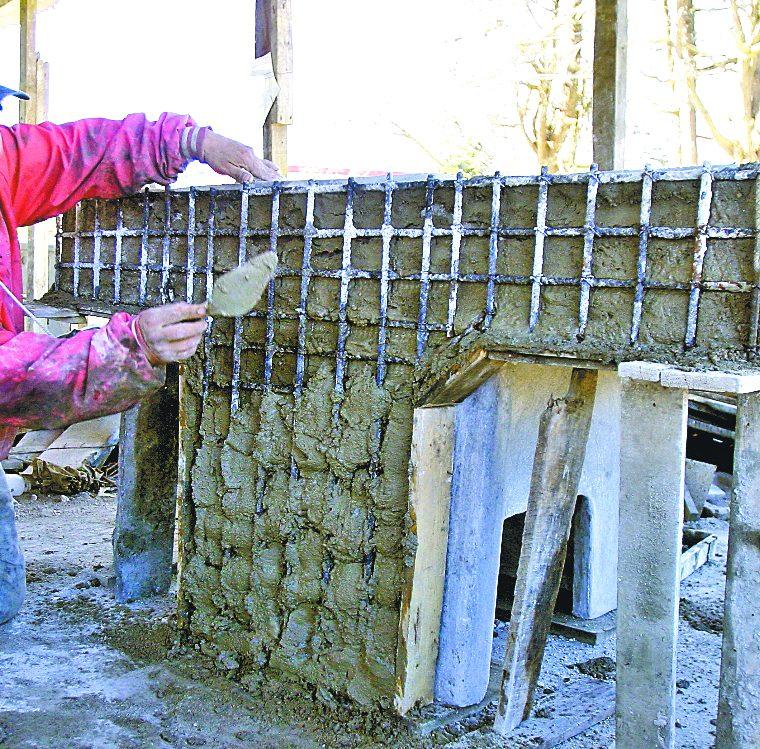 El molde esta? compuesto por 27 piezas. El encargado de hacerlo es Carlos Sol. Lleva una so?lida estructura de hierro y una mezcla de cemento, arena y grasa. (Foto: Hemeroteca PL)