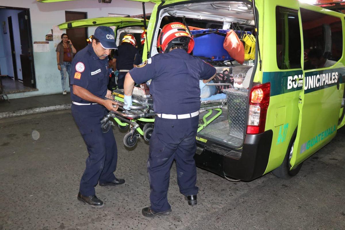 Socorristas trasladan a uno de los heridos al hospital General San Juan de Dios. (Foto: Bomberos Municipales)