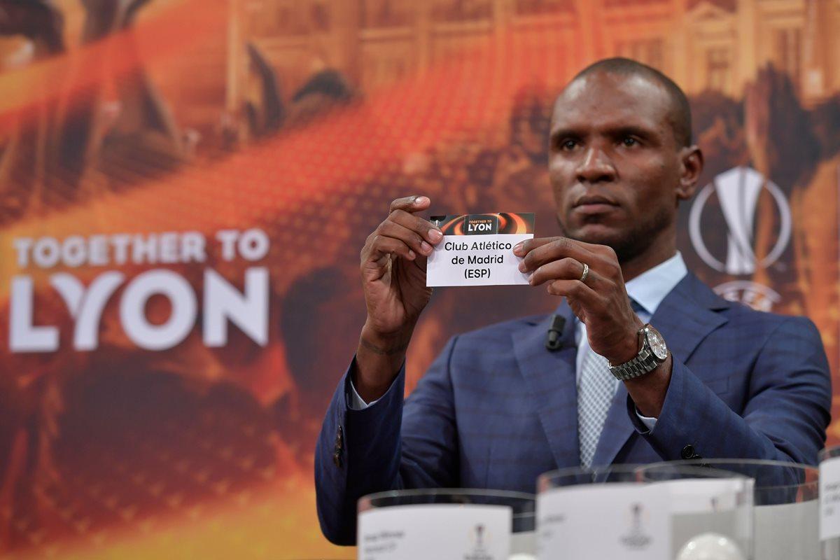 """Eric Abidal fue el encargado de las """"bolas calientes"""" durante el sorteo de 32 de la Europa. (Foto Prensa Libre: AFP)"""