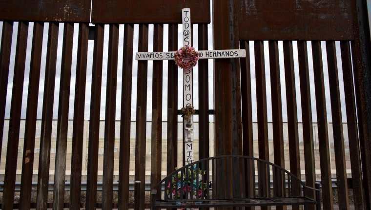 Una cruz en honor de migrantes ilegales muertos en México, cerca de la frontera con EE. UU. es vista en Agua Prieta, Sonora, México. (Foto Prensa Libre: AFP).