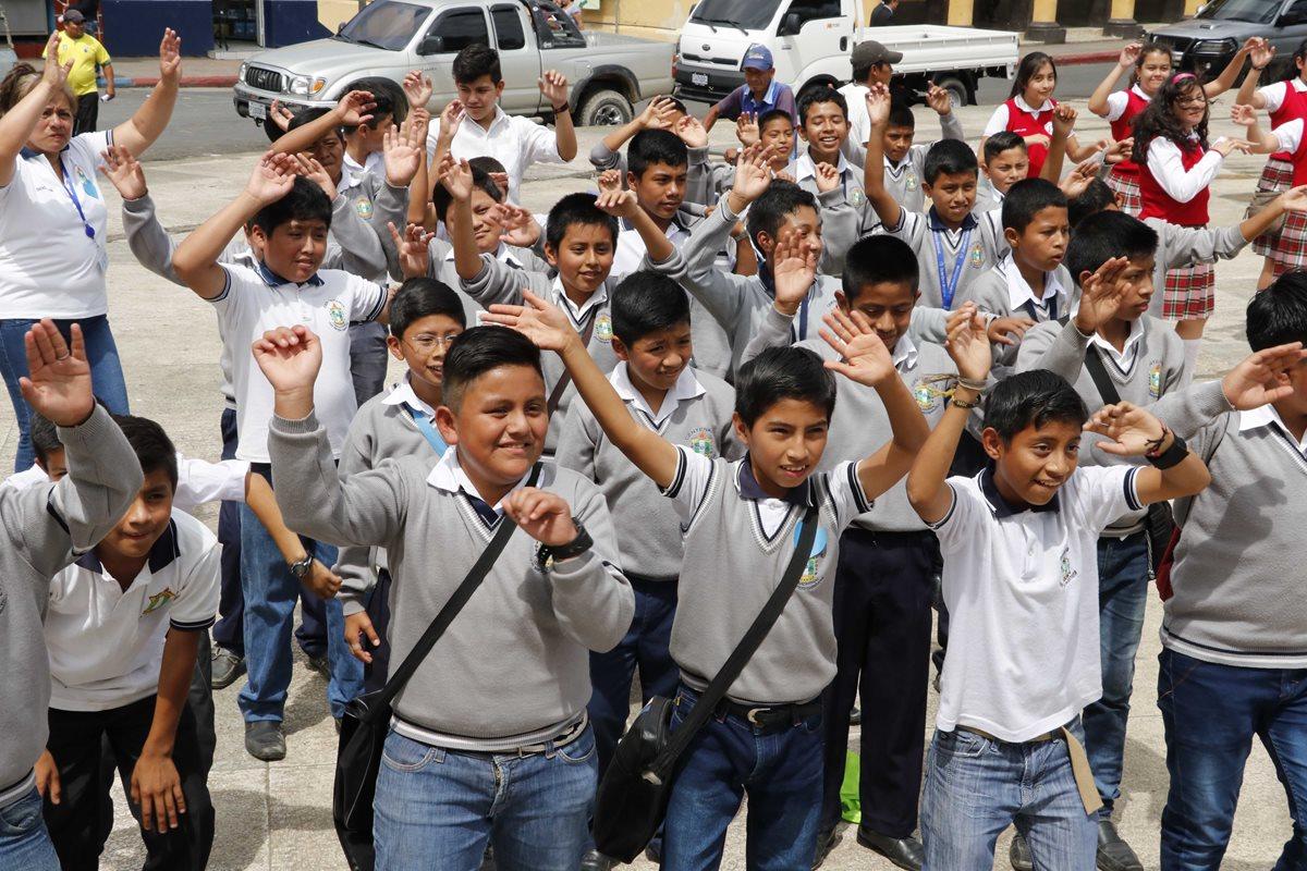 Estudiantes de varios establecimientos educativos participaron en la conmemoración del Día Mundial contra el Trabajo Infantil. (Foto Prensa Libre: Eduardo Sam Chun)