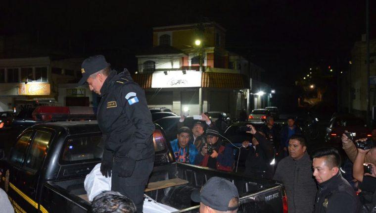 Autoridades trasladan a la morgue el cadáver de la víctima. (Foto Prensa Libre: Fred Rivera).