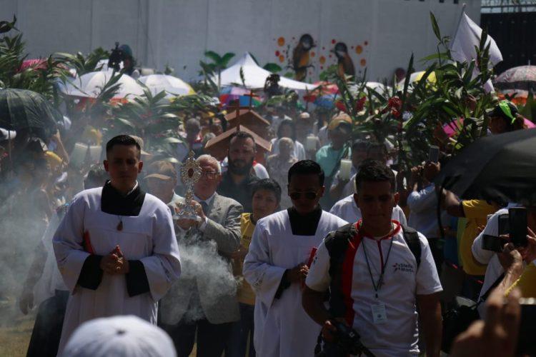 Durante la beatificación el pueblo se mostró muy contento.