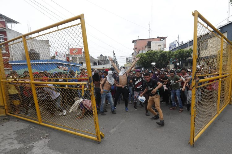 Después del forcejeo lograron abrir el portón que les impedía el paso hacia la frontera con México.