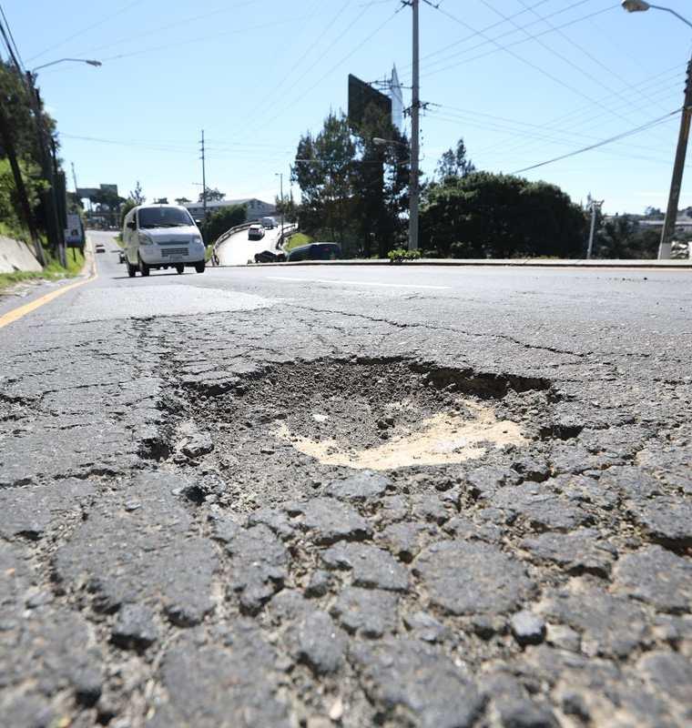 El tramo hacia la colonia Tinco, en la 12 avenida y 20 calle, zona 7 de Mixco, está  deteriorado. (Foto Prensa Libre: Érick Ávila)