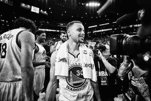 Stephen Curry es el nuevo rey de la NBA. Quiere celebrar el título con los Warriors. (Foto Prensa Libre: AFP)