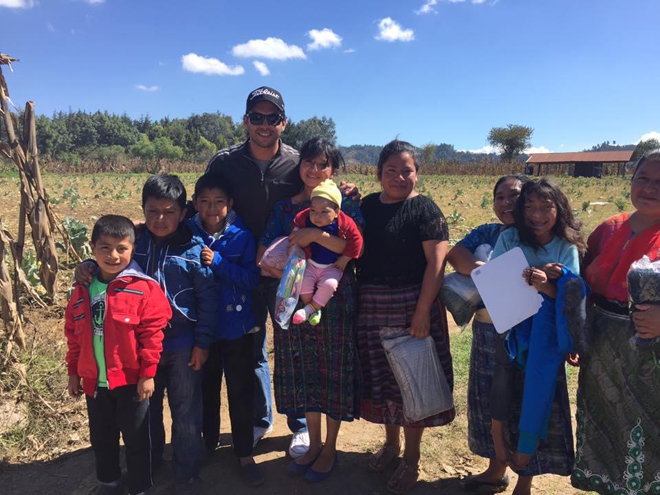 El golfista José Toledo hizo entrega de varios regalos a niños en Chimaltenango y Santa Rosa. (Foto Prensa Libre: José Toledo)