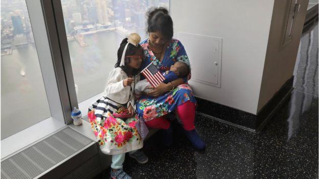 La inmigrante de Bangladesh Khadijatul Rahman, de 29 años, coge a su bebé Zavyaan, de 2 semanas, tras convertirse en ciudadana estadounidense. GETTY IMAGES