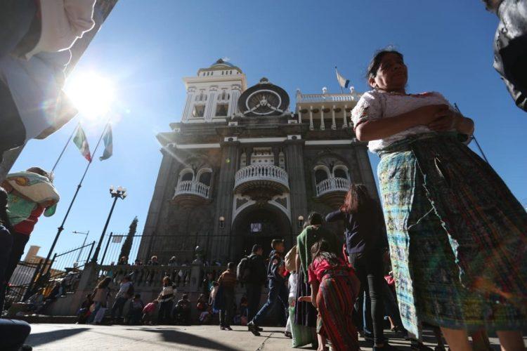 """Miles de guatemaltecos se hacen presentes para mostrar su devoción a la """"Madre de las Américas"""" en el Santuario de Guadalupe en la zona 1 capitalina."""