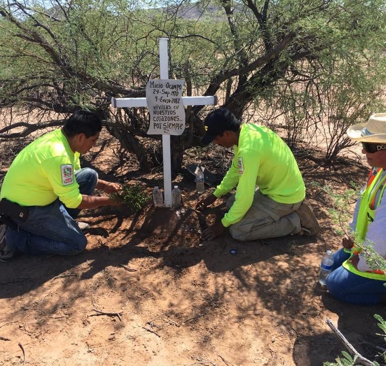 Voluntarios colocan una cruz en el lugar donde fue hallado el cadáver de un migrante. (Foto: Facebook/Águilas del Desierto)
