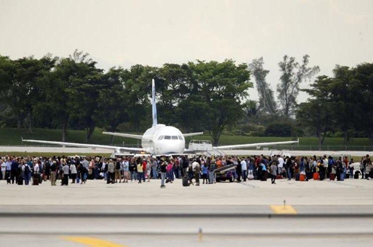 En el aeropuerto de Fort Landerdale las personas son protegidas en la pista, ante posibles amenazas terroristas. (Foto Prensa Libre: AP)