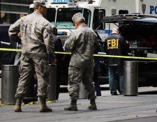 Agentes del FBI inspeccionan un edificio en Nueva York ante la presencia de un paquete sospechoso. (Foto Prensa Libre: AFP)