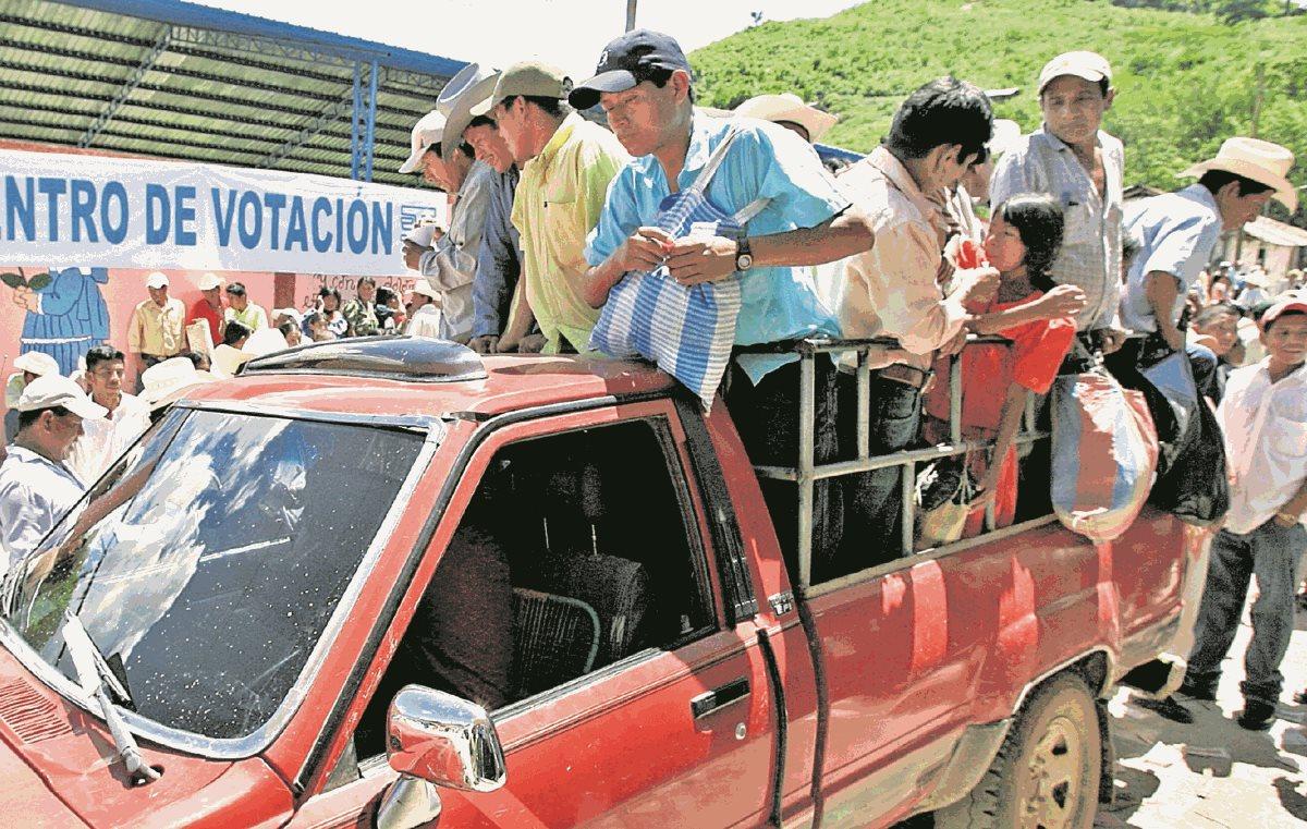 La mayor cantidad de recursos que se gasta en el día de las elecciones es en el traslado de personas. Muchos partidos reciben apoyo para llevar personas a votar, pero casi nunca es reportado al Tribunal Supremo Electoral. (Foto Prensa Libre: Hemeroteca PL)