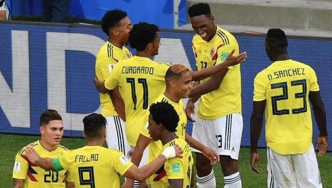 Los jugadores de Colombia festejan el gol que les dio el pase a octavos de final. (Foto Prensa Libre: AFP)
