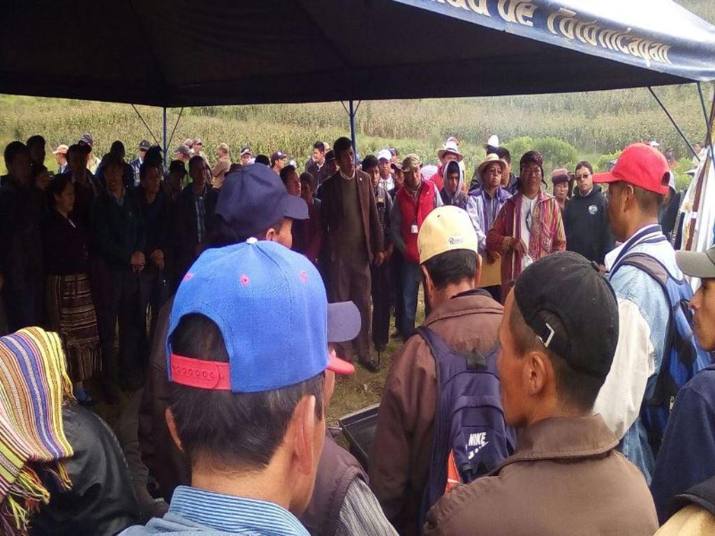Pobladores recuerdan a las víctimas en el km 161 de la ruta Interamericana, en Sololá. (Foto Prensa Libre: Édgar Domínguez).
