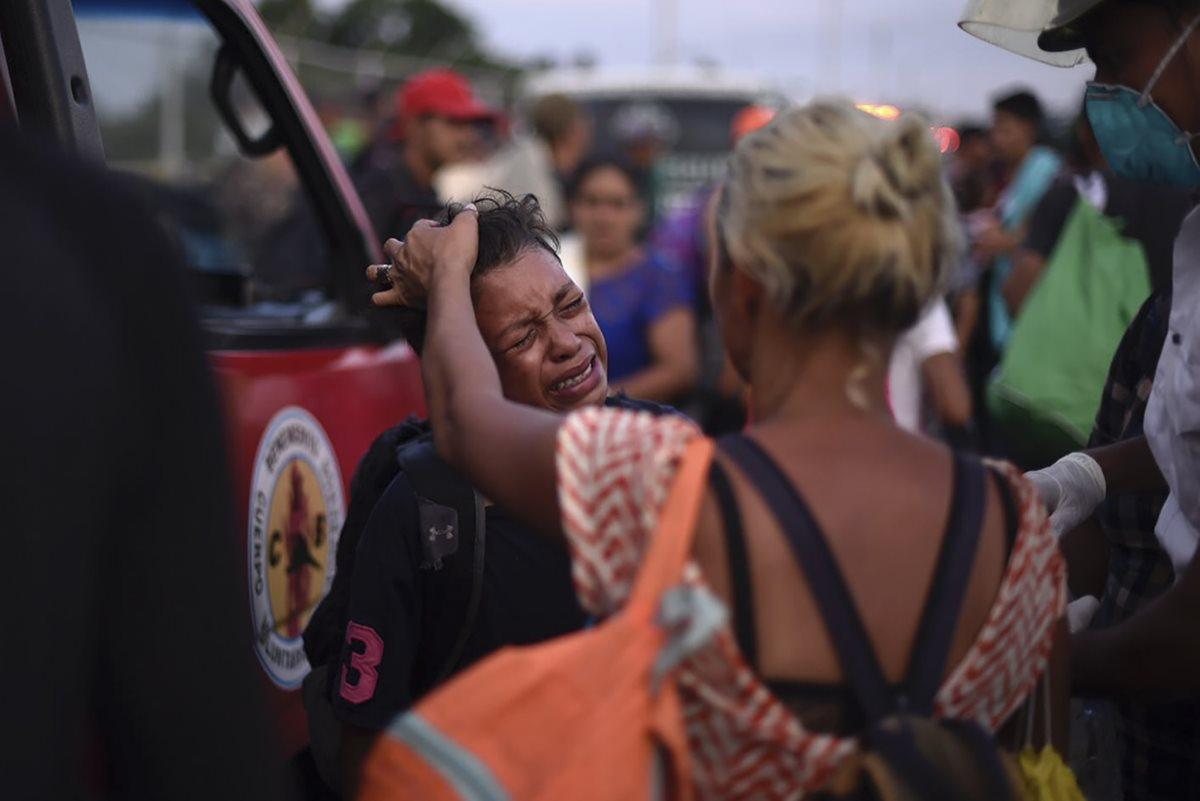 Un migrante hondureño pide asistencia durante los distubios en la frontera de Guatemala y Honduras. (Foto Prensa Libre: AFP)