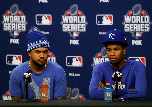 Christian Colon (i) y Yordano Ventura de Kansas City hablan sobre lo que se puede esperar ante los Mets en Nueva York. (Foto Prensa Libre: AFP)