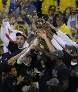 Los jugadores de los Warriors de Golden State, celebran con el trofeo de campeones de la NBA.(Foto Prensa Libre: AFP)